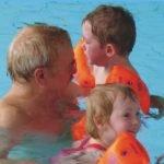 Uwe Legahn beim Kinderschwimmen
