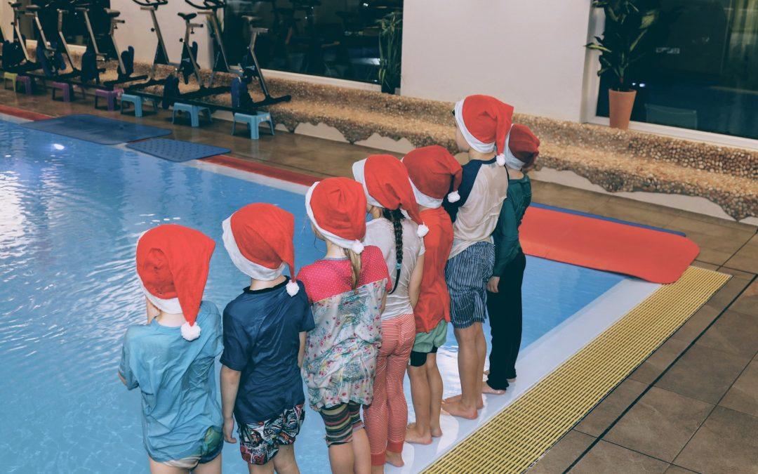 Klamottenschwimmen in der letzten Kurswoche der Schwimmschule